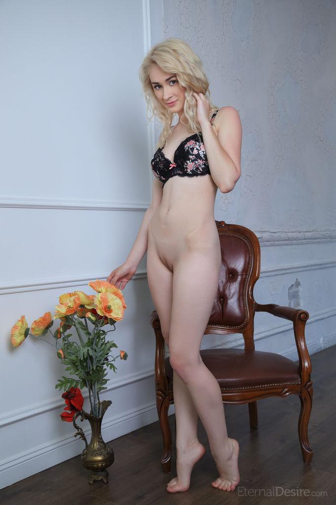 Sexy Blonde Innes A in Close