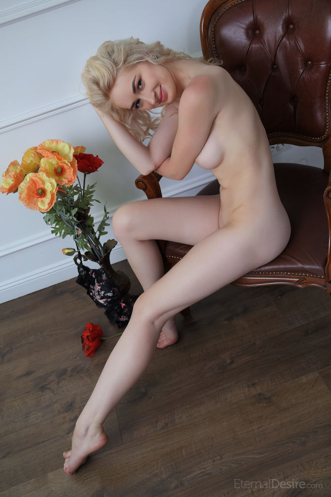 Sexy Blonde Innes A in Close