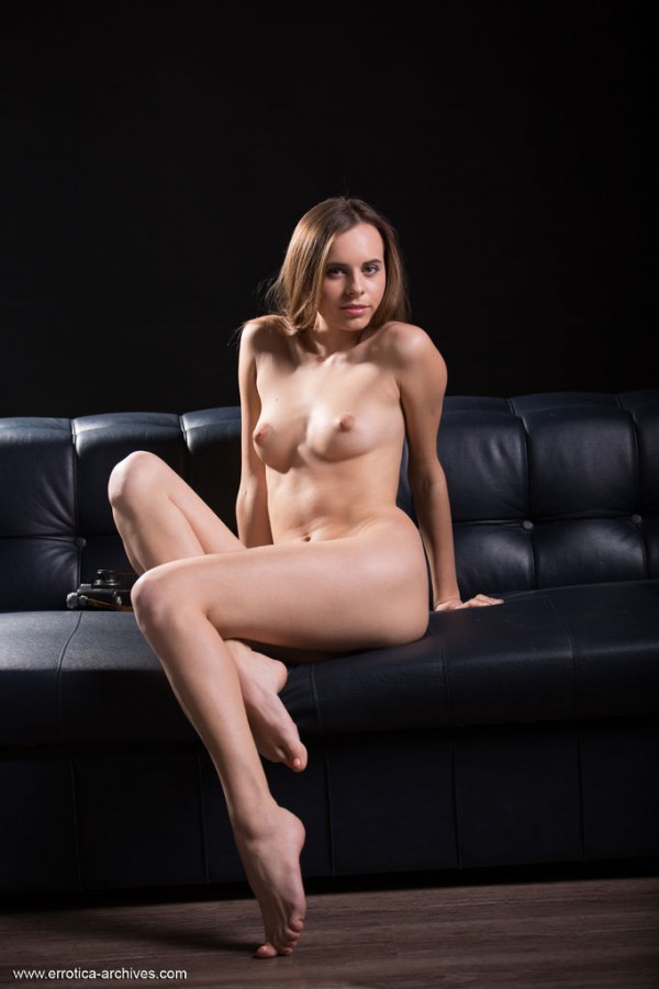 Hot Teen Brunette Babe Gracie in Oscuro